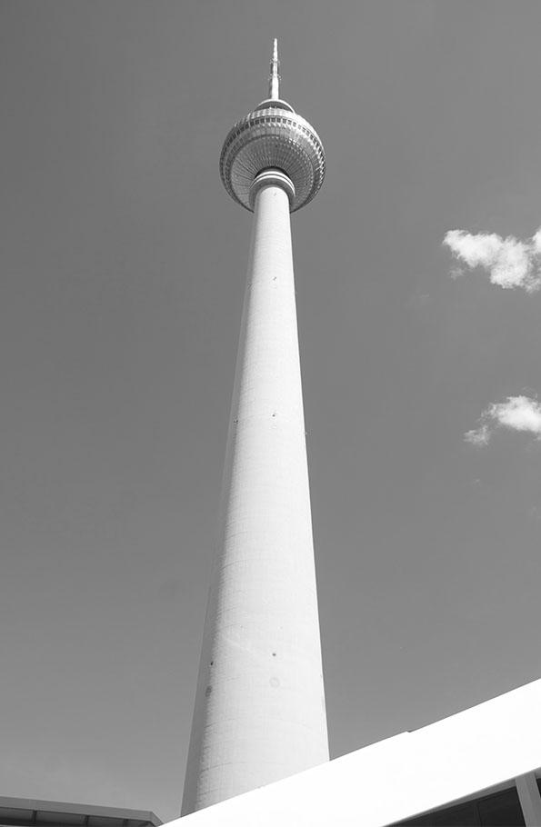 Berliner Fernsehturm aus der Froschperspektive