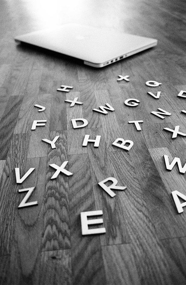 Symbolfoto mit Laptop und Buchstaben